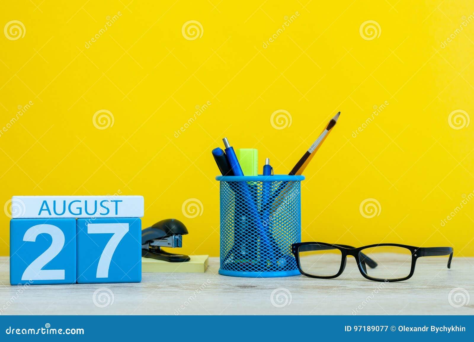 27. August Bild vom 27. August, Kalender auf gelbem Hintergrund mit Büroartikel Junge Erwachsene