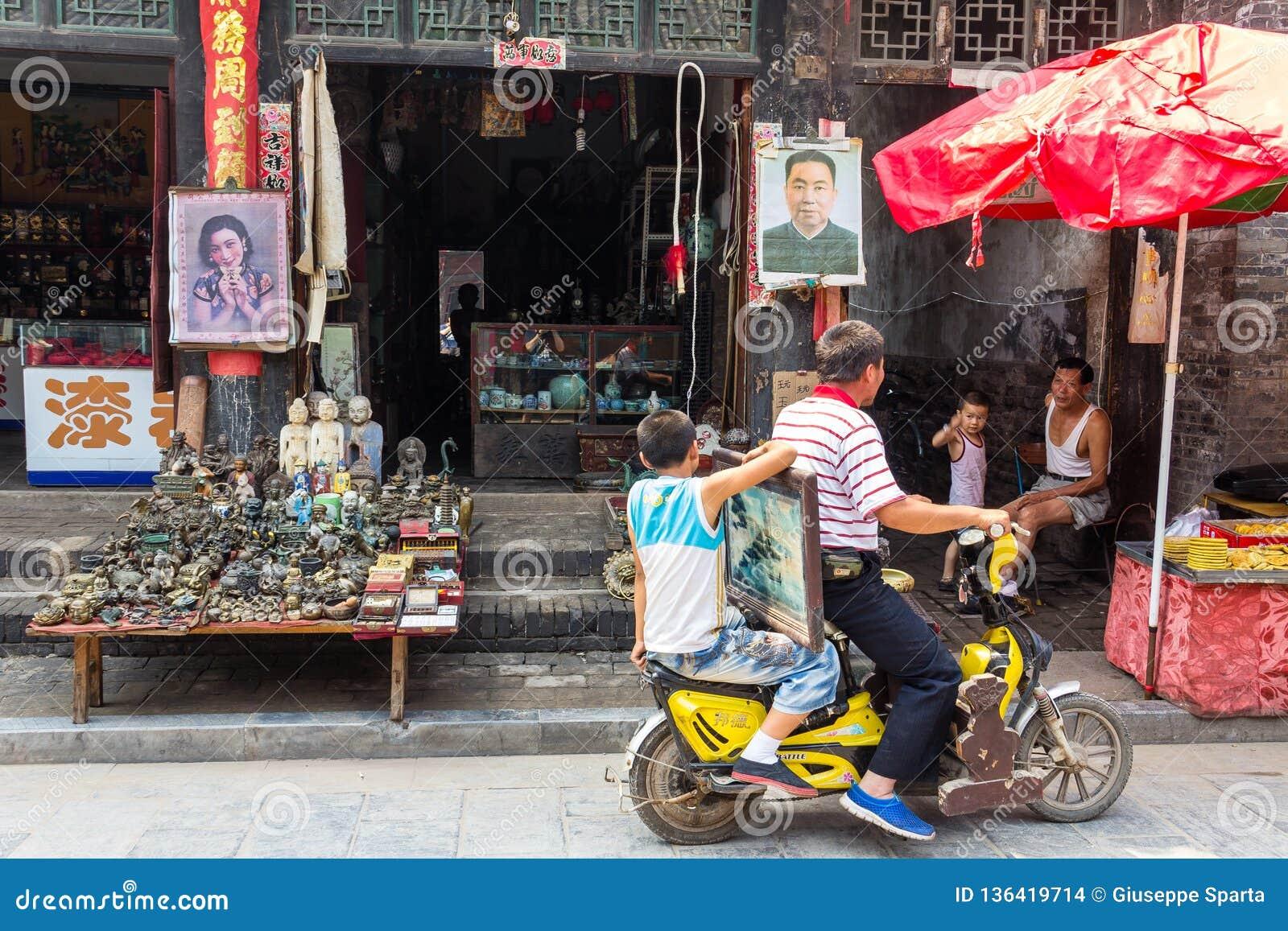 August 2013 - Pingyao, Shanxi, China - Alltagslebenszene in der Südstraße von Pingyao