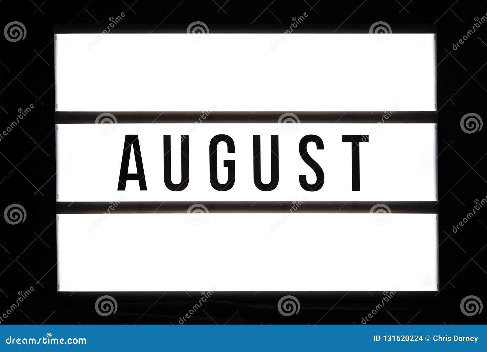 AUGUST-Text in einem Leuchtkasten