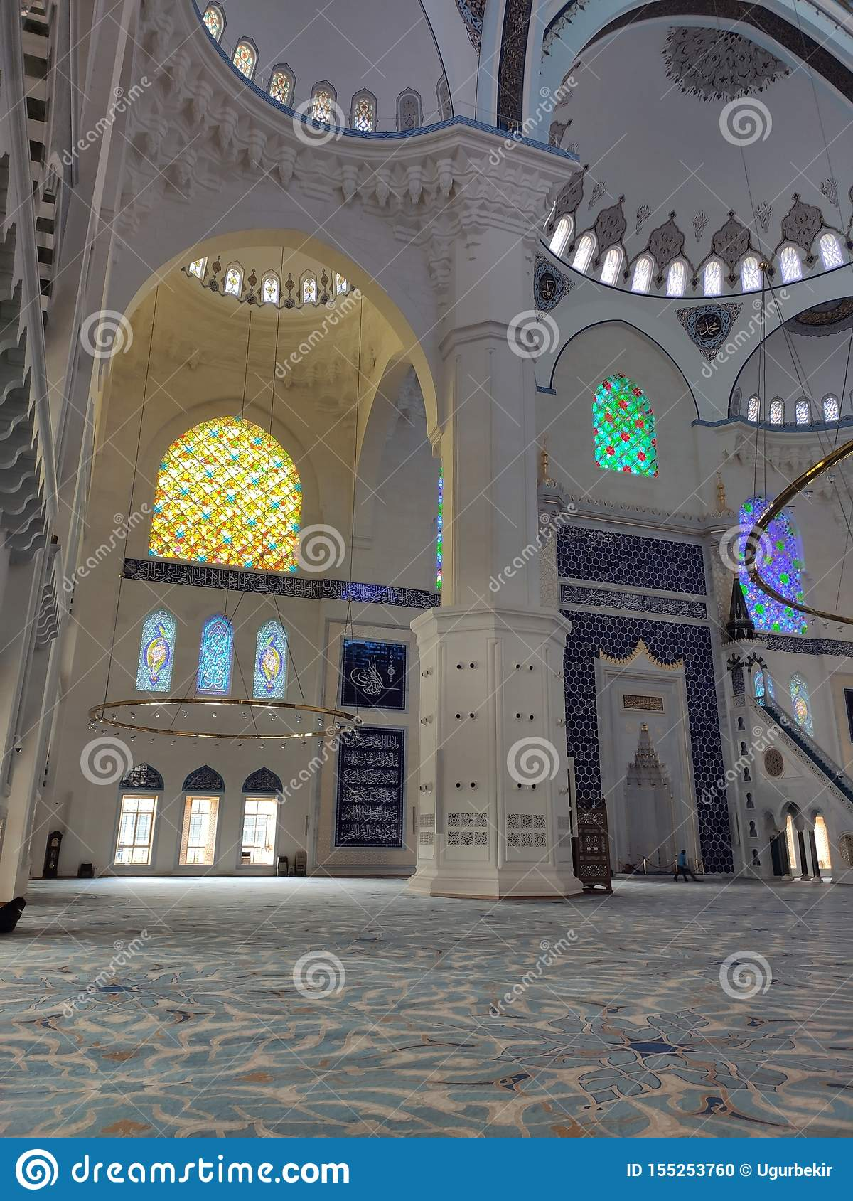 04 Augustus 19 CAMLICA-de mening van de MOSKEEbinnenplaats in Istanboel, Turkije De Camlicamoskee is de grootste moskee van Turki