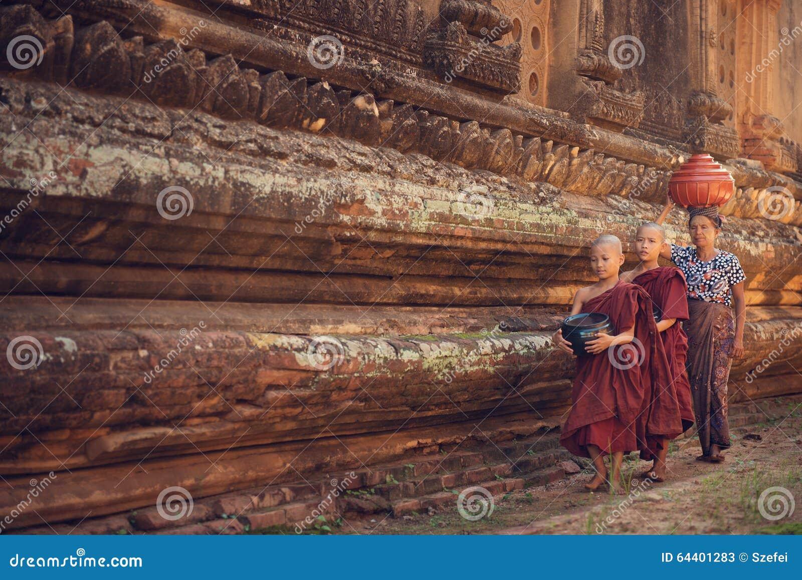 Aumône de marche de moines bouddhistes de novice