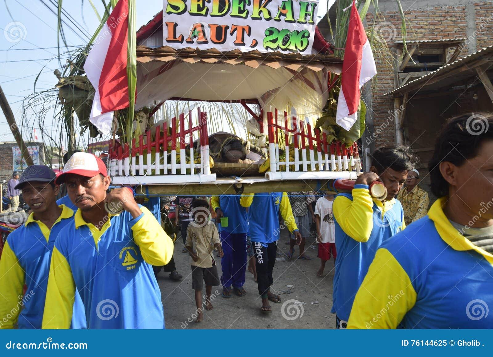 Aumône de mer en tant qu étant pêcheurs Tambaklorok Semarang de gratitude