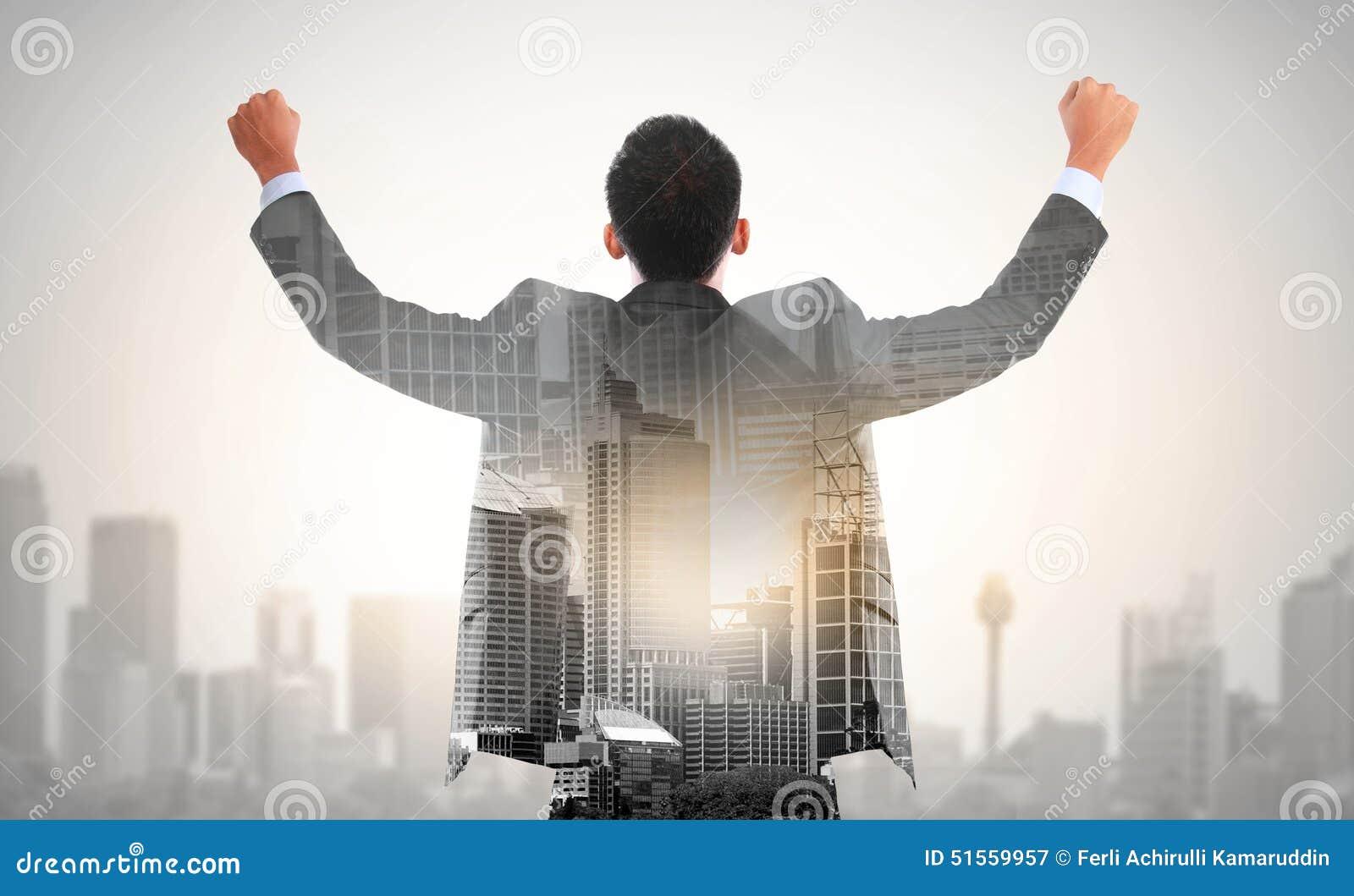 Aumento del hombre de negocios del éxito el suyo concepto de la exposición doble de la mano