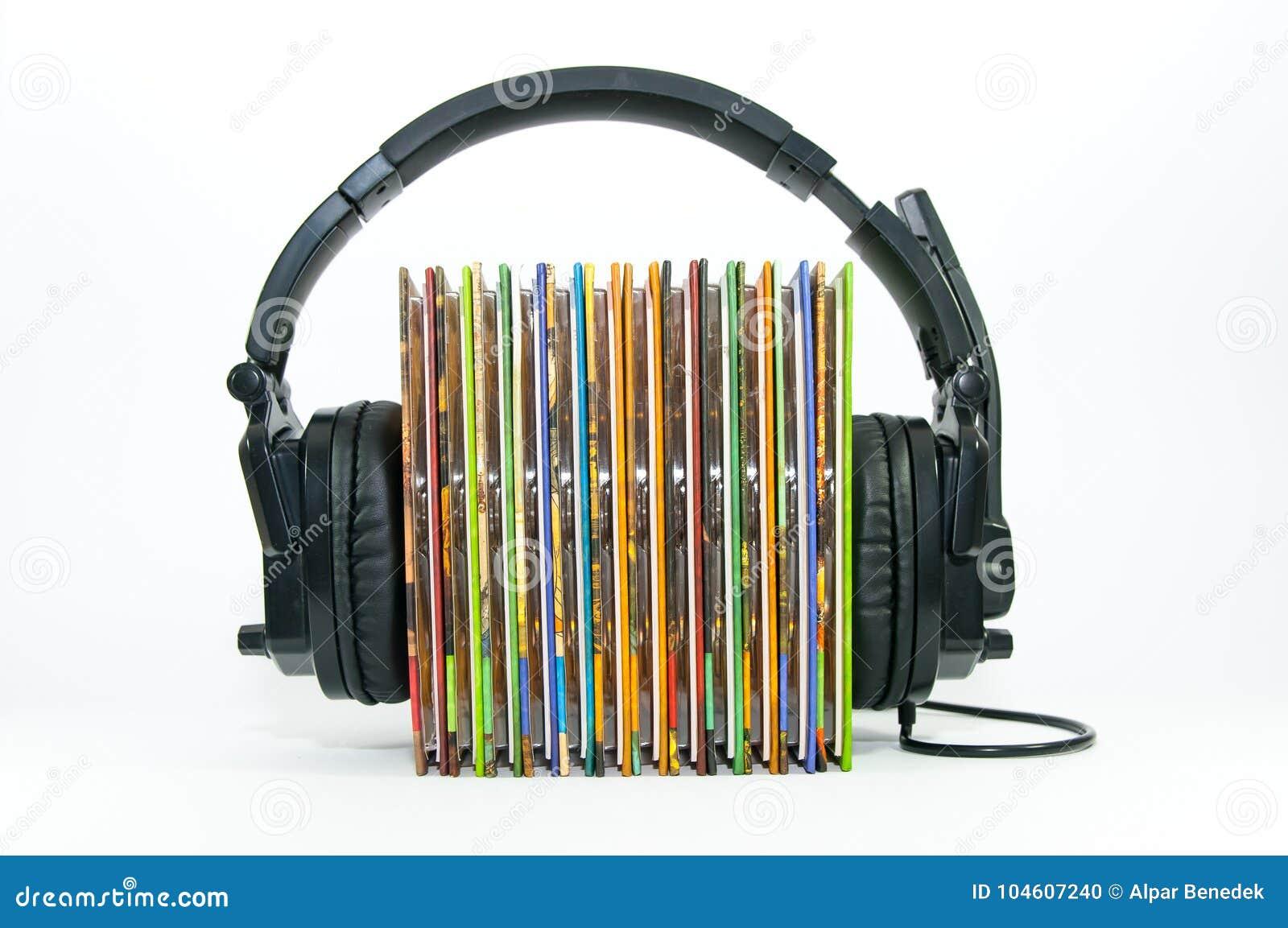 Auricular negro, pila de Cd colorido de la música