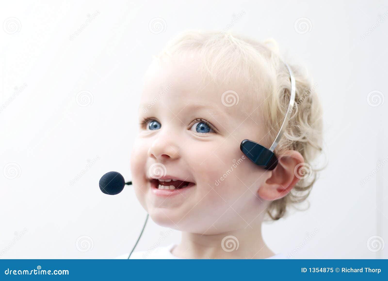Auriculares desgastando do telefone do menino novo