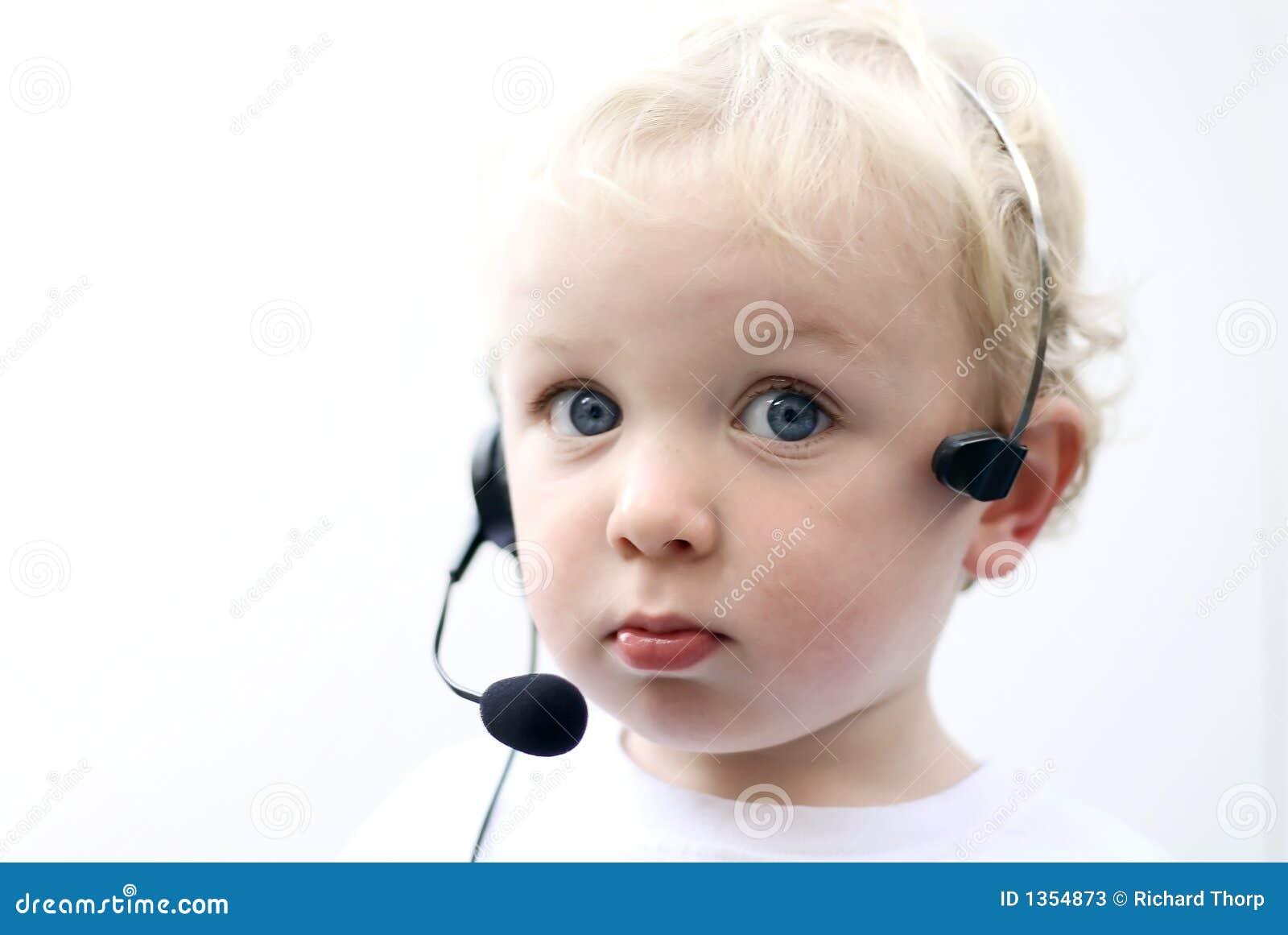 Auriculares desgastando II do telefone do menino novo