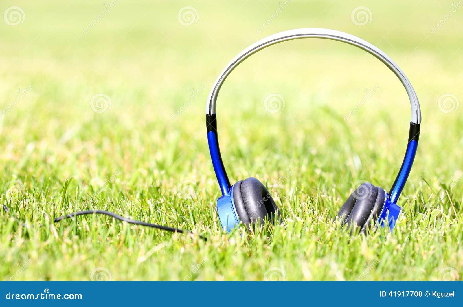 Auriculares en hierba