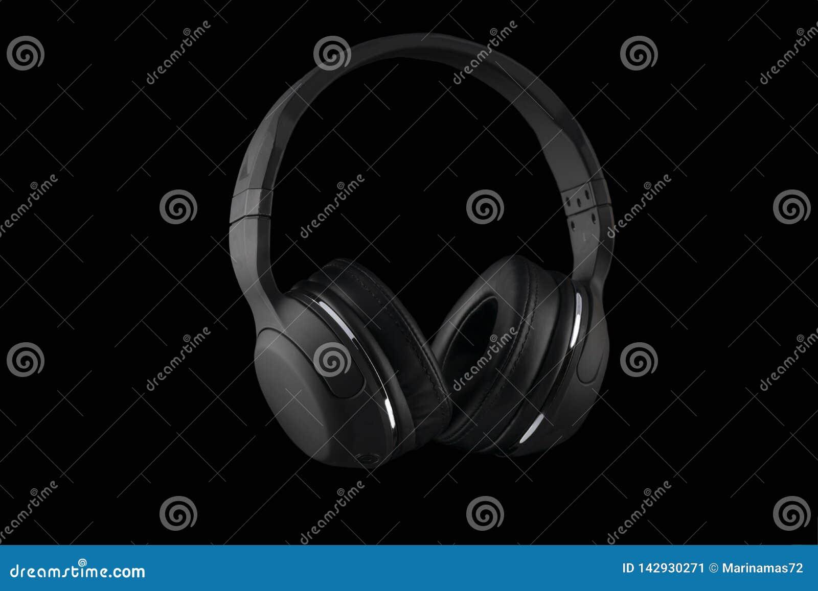 Auriculares inalámbricos negros aislados en un fondo negro