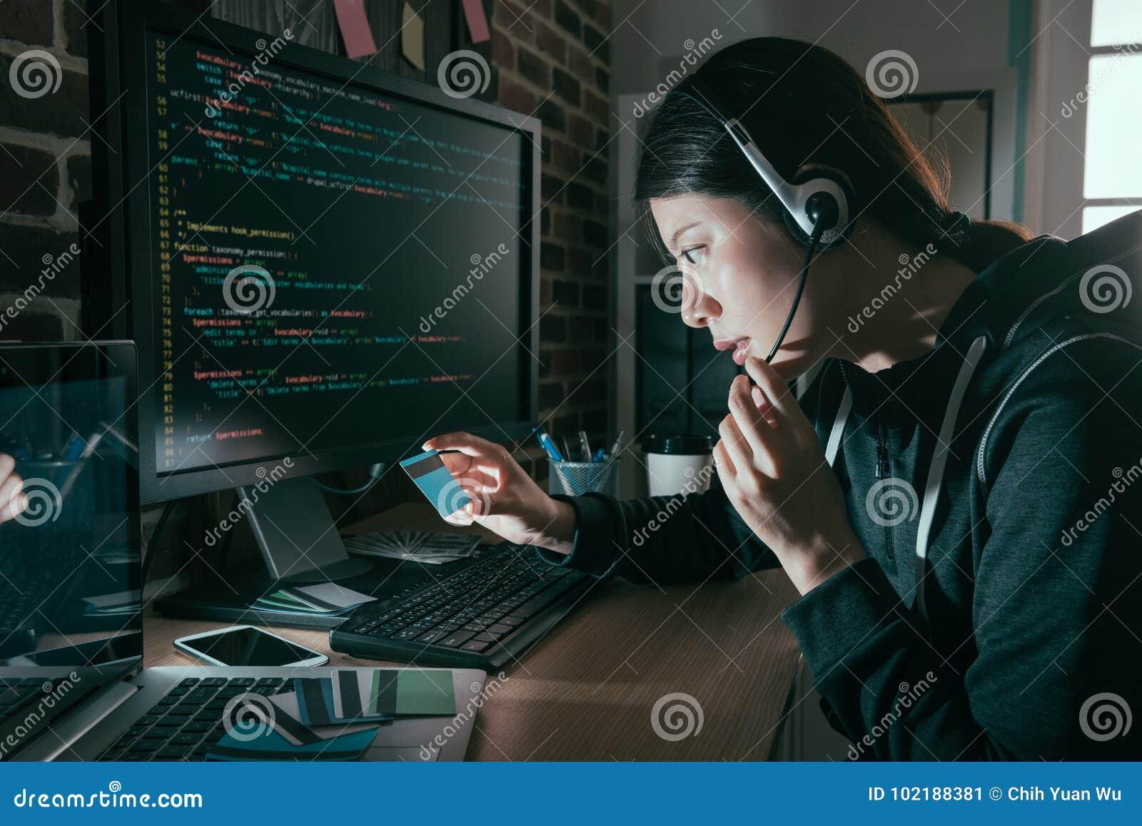 Auriculares que llevan del pirata informático y sostener la tarjeta de crédito