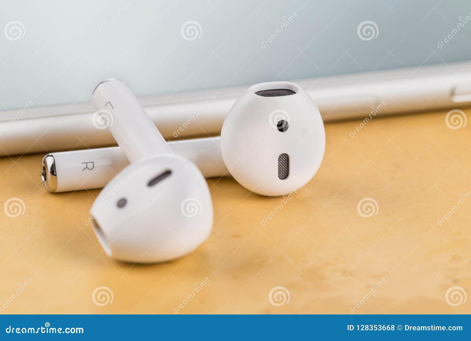 Auriculares sem fio modernos para escutar a música de seu smartphone