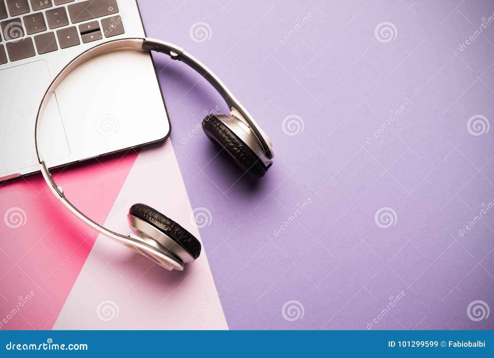 Auriculares y ordenador portátil