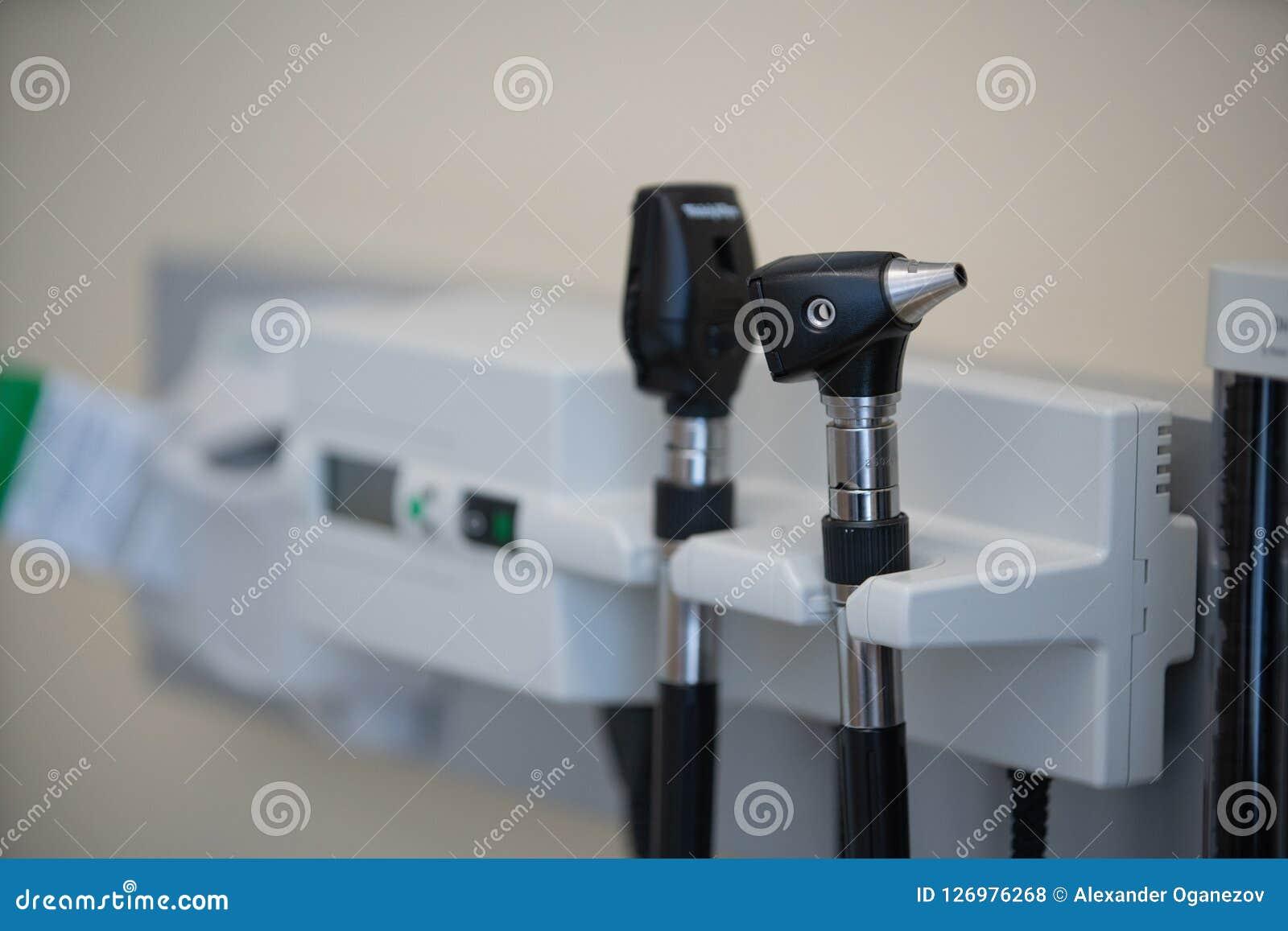 Auriscope d otoscope dans le bureau de docteur