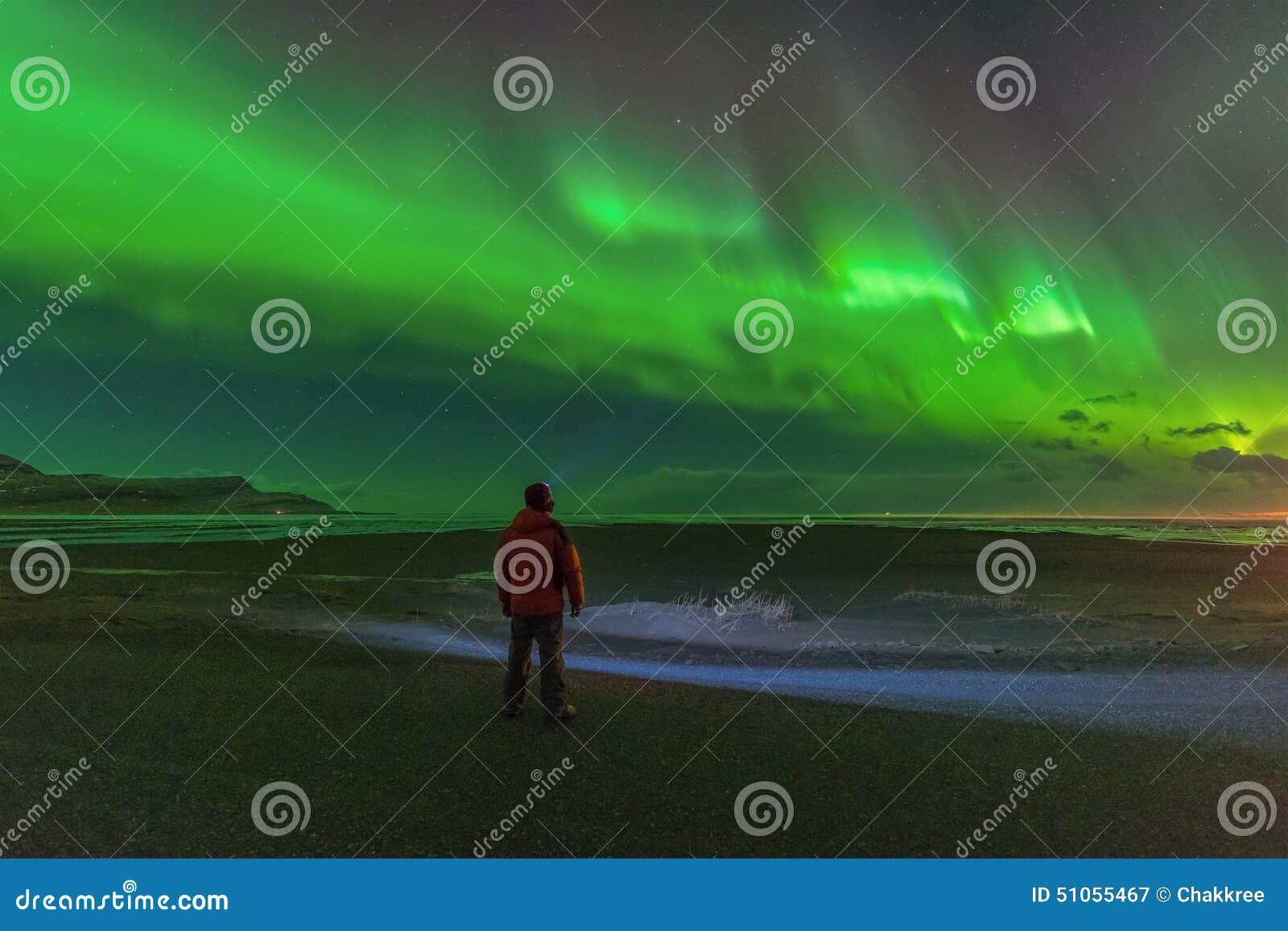 Aurora boreal brillante increíble