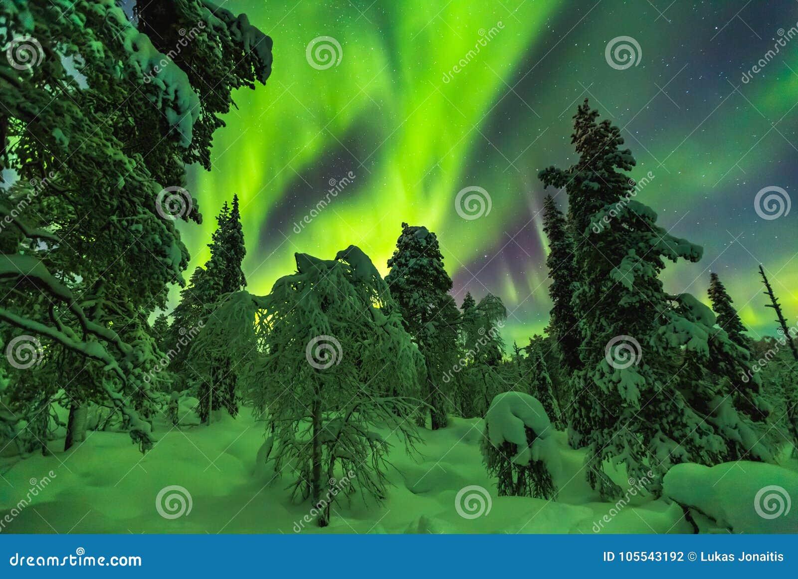 Aurora boreal en el final Laponia