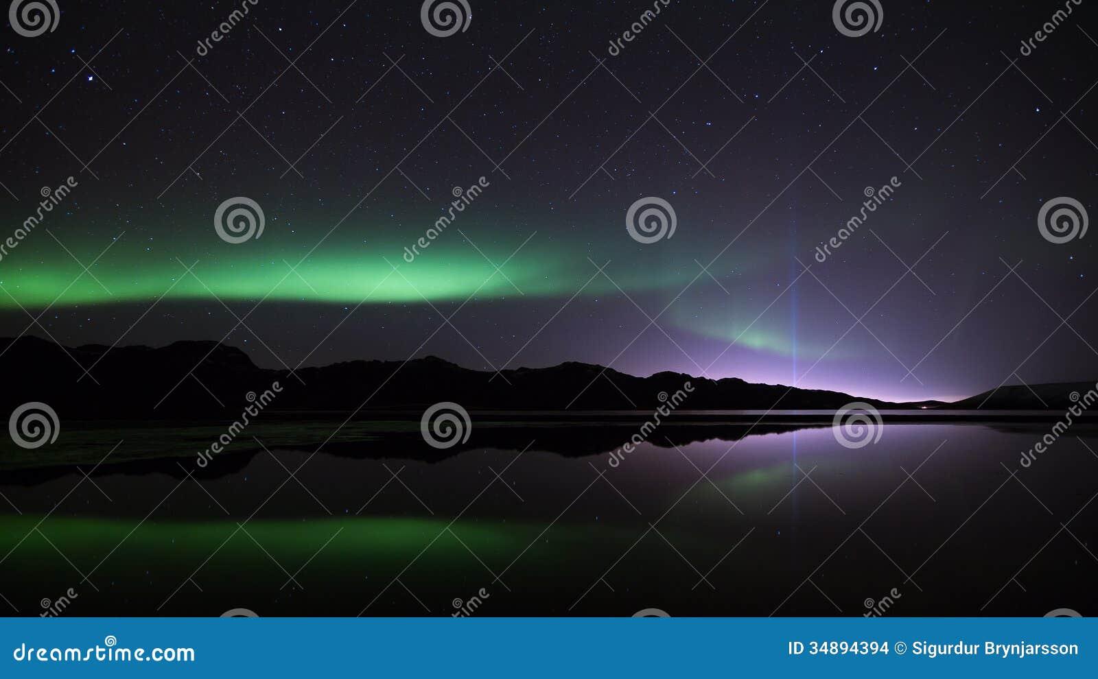 Aurora boreal & a torre da paz