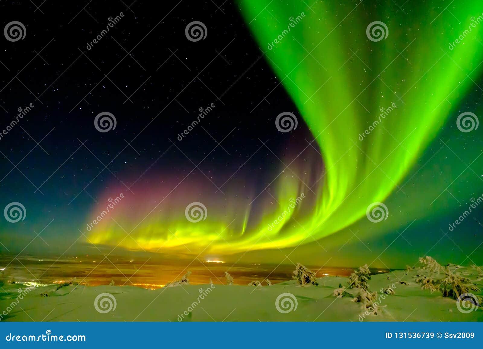 Aurora borealis également connu comme les lumières du nord ou polaires au delà du cercle arctique en hiver Laponie