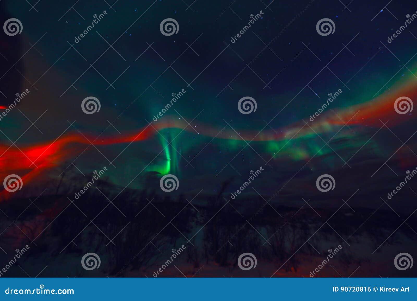 Aurora Borealis colorido surpreendente igualmente sabe como a aurora boreal no céu noturno sobre Lofoten ajardina, Noruega, Escan