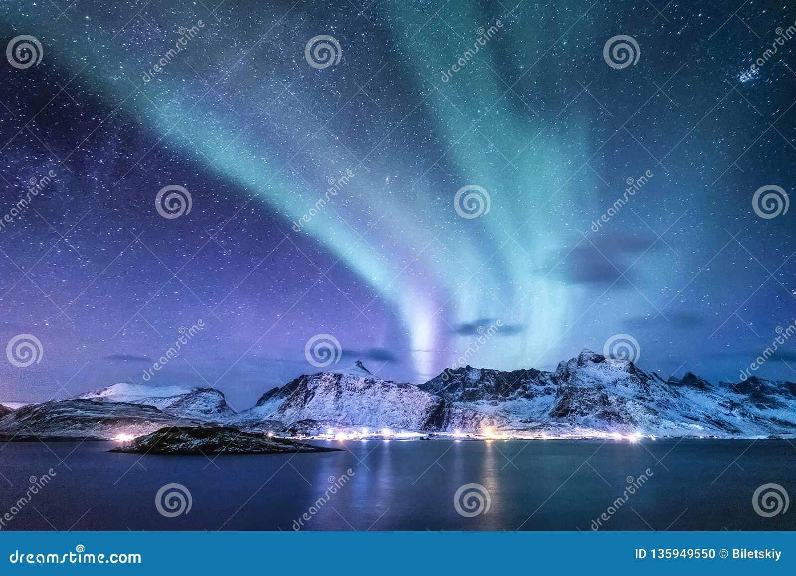Aurora borealis en las islas de Lofoten, Noruega Aurora boreal verde sobre las montañas Cielo nocturno con las luces polares Invi