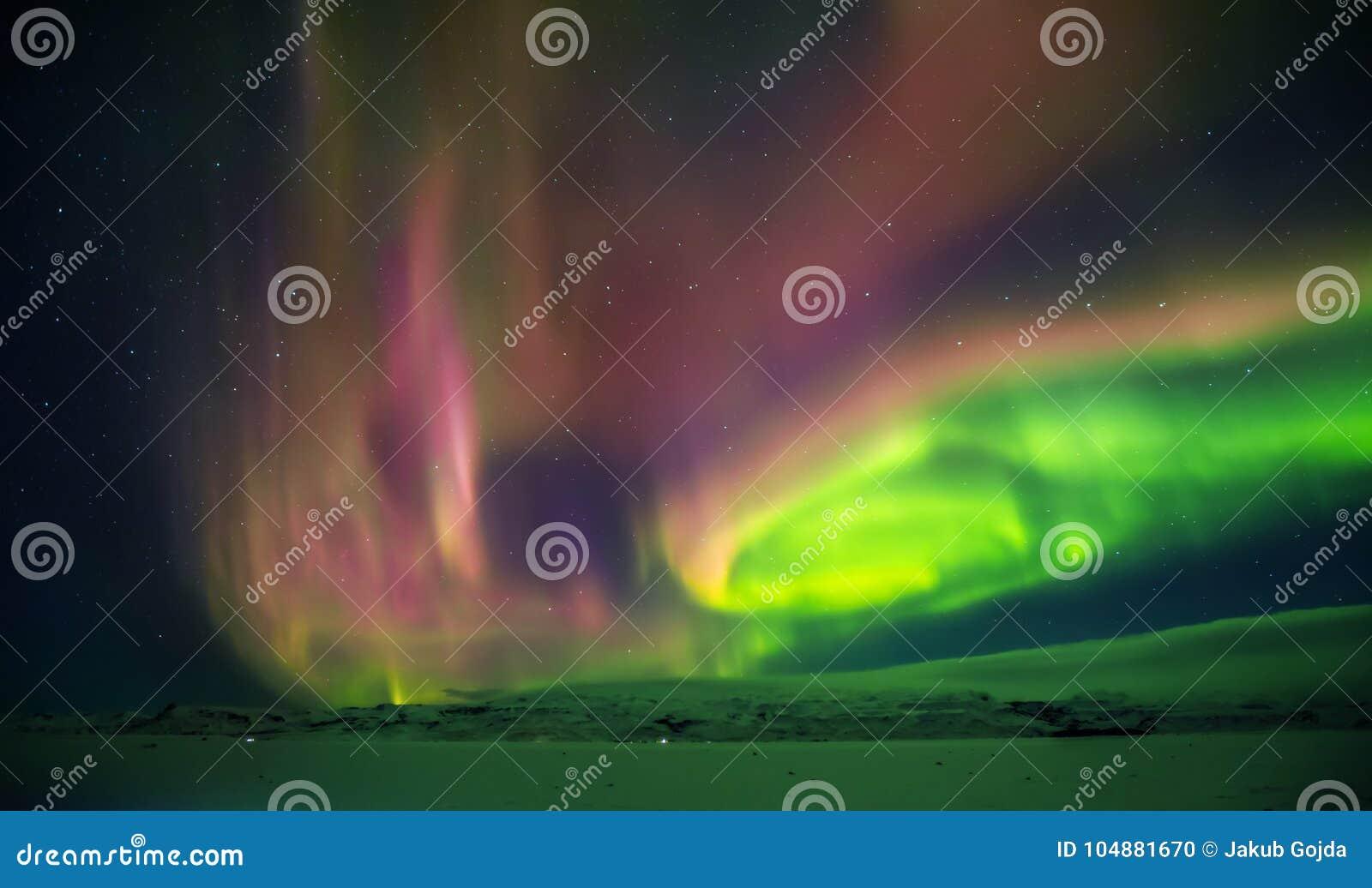 Aurora borealis hermoso en Islandia, tiro en perio temprano del invierno