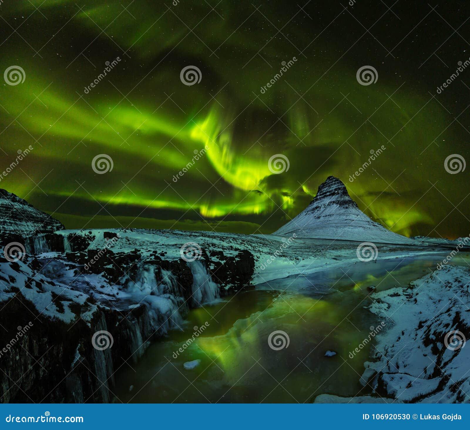 Aurora borealis mit Kirkjufell-Berg im Winter, Island