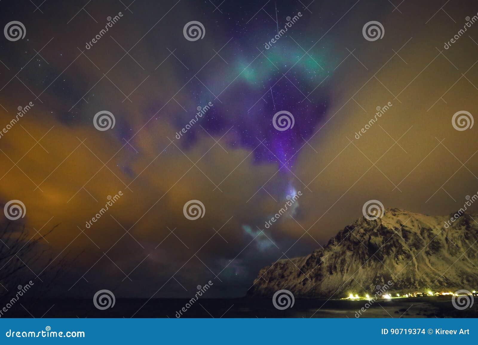 Aurora Borealis multicolore étonnante connaissent également pendant que les lumières du nord dans le ciel nocturne au-dessus de L