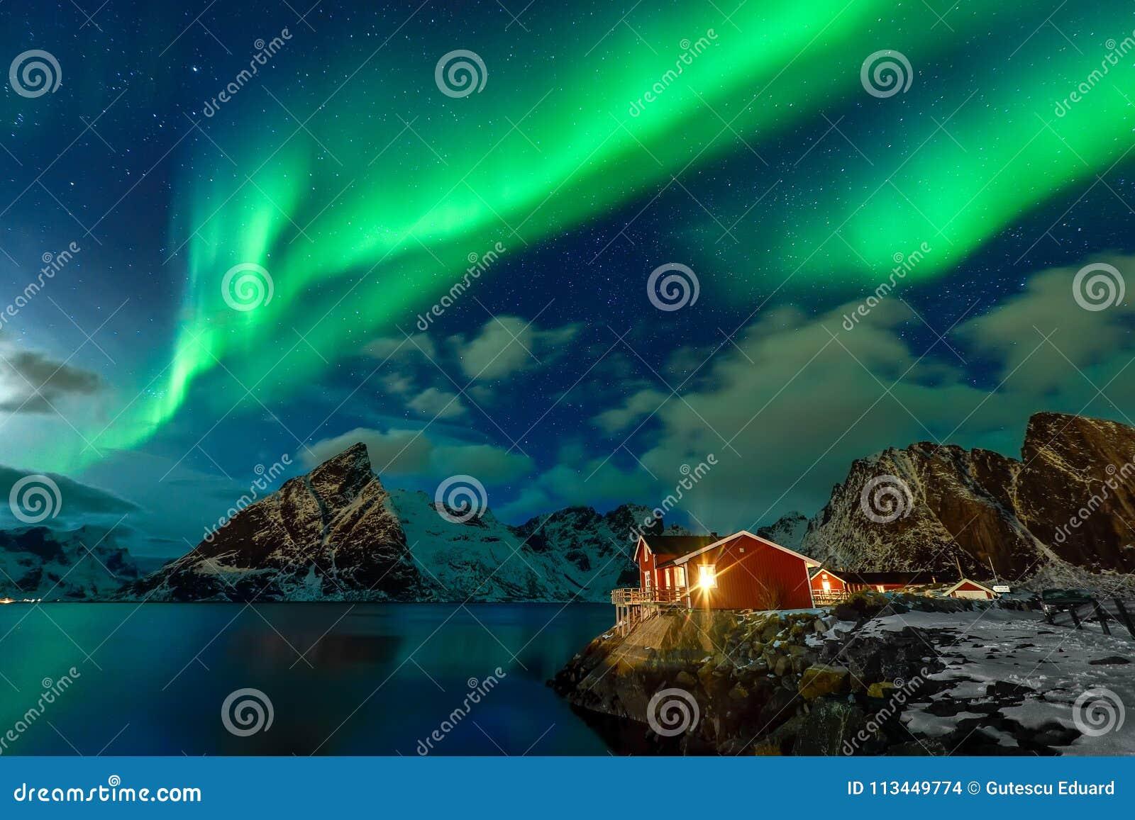 Aurora Borealis nell arcipelago di Lofoten, Norvegia nell orario invernale