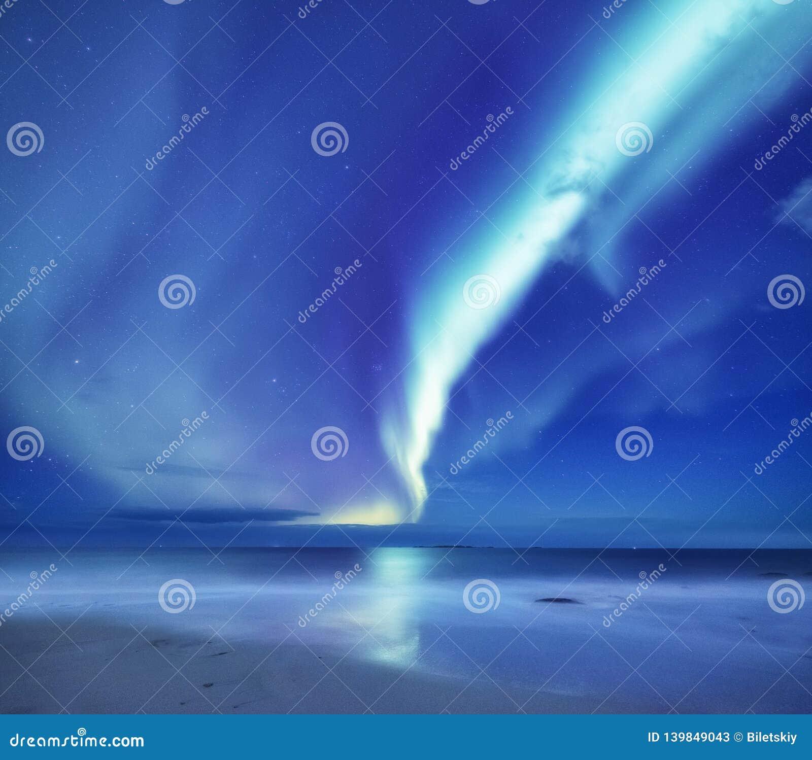 Aurora borealis op de Lofoten-eilanden, Noorwegen Groene noordelijke lichten boven oceaan Nachthemel met polaire lichten Het land
