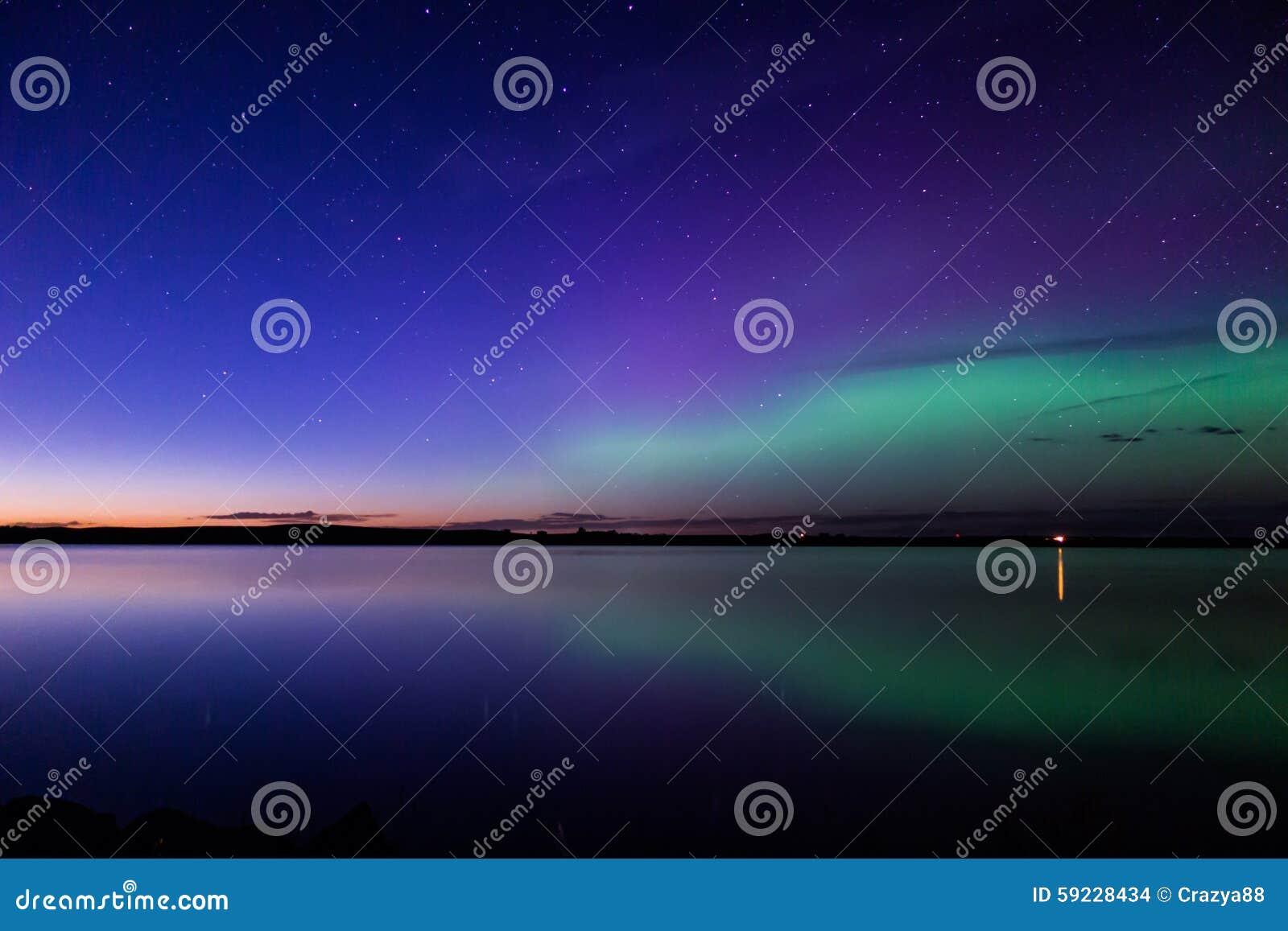 Aurora borealis reflejado sobre un lago