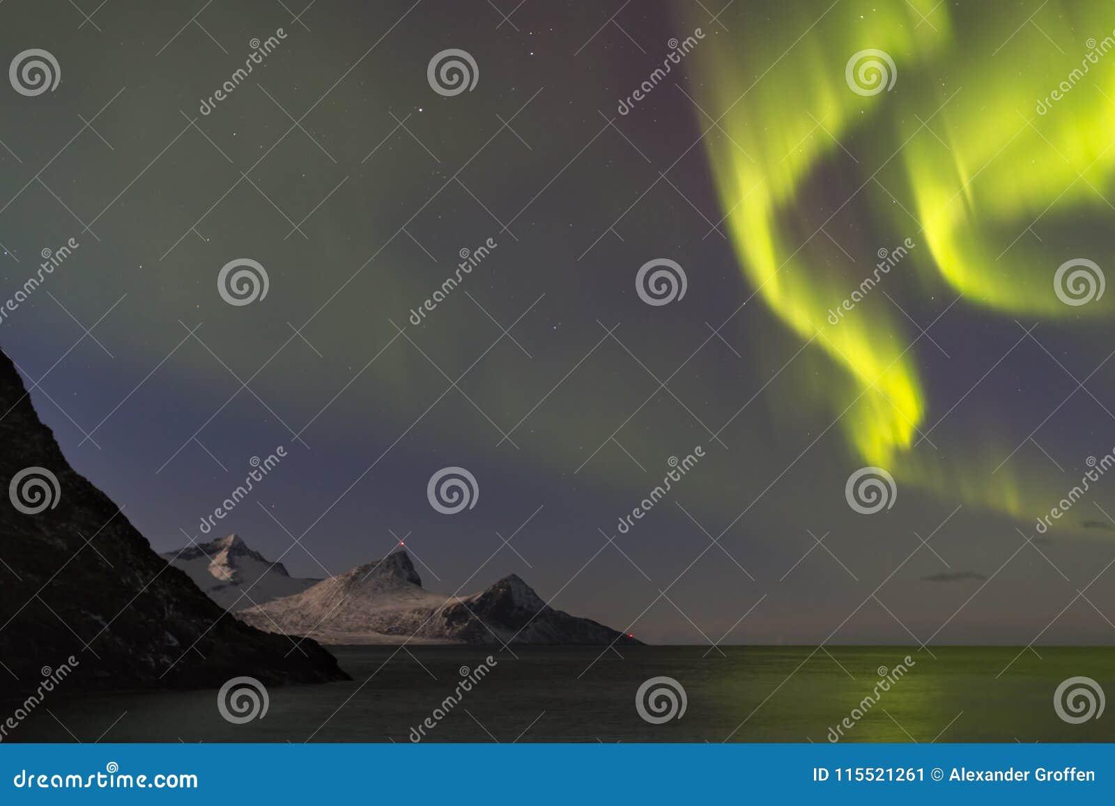 Aurora borealis spettacolare, bella aurora boreale sopra