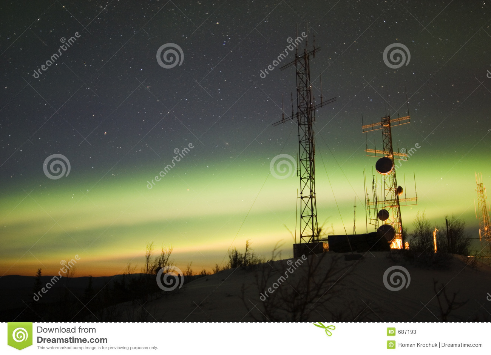 Aurora Borealis y crepúsculo sobre complejo de la antena