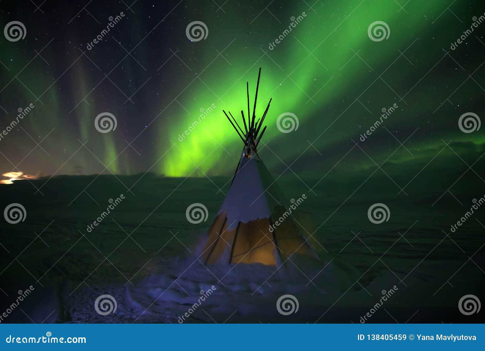 Aurora borealislichten bij nacht in witte sneeuwtoendra, Rusland, het Noorden Mooi noordpool polair landschap van groene blikseml