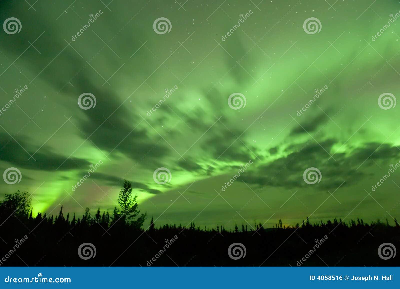 Aurora brilhante sobre Alcan
