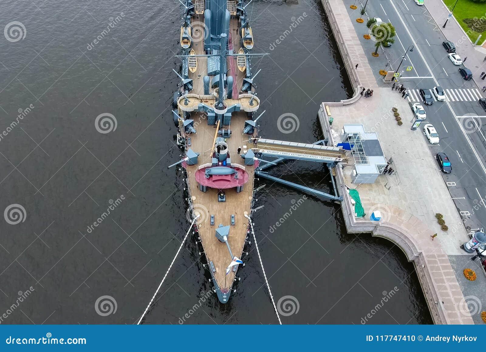 Aurora del crucero en el río Neu, la ciudad de StPetersburg Ábrase en los turistas El símbolo de la revolución de 1917