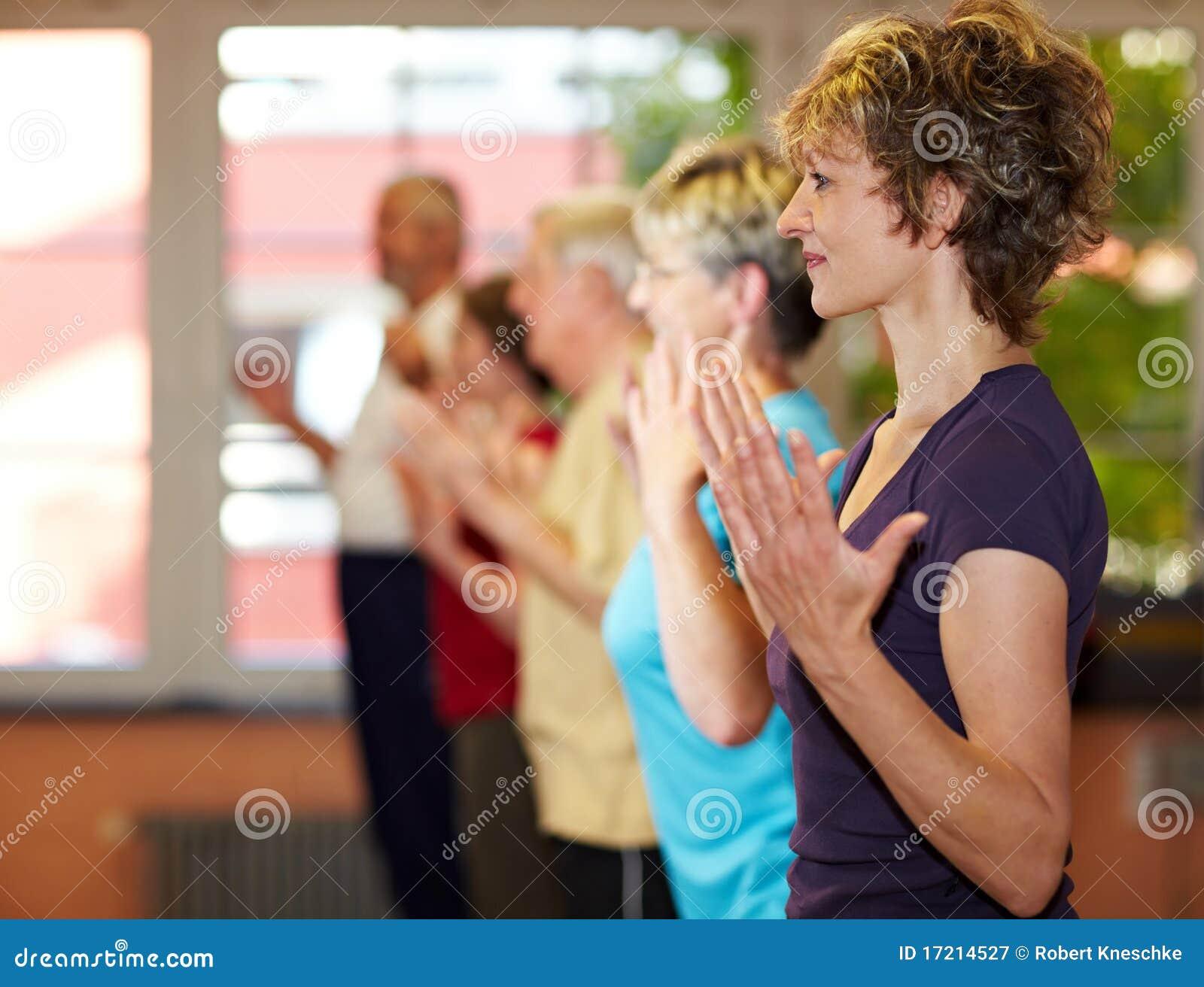 Ausübung der Gruppe in der Gymnastik