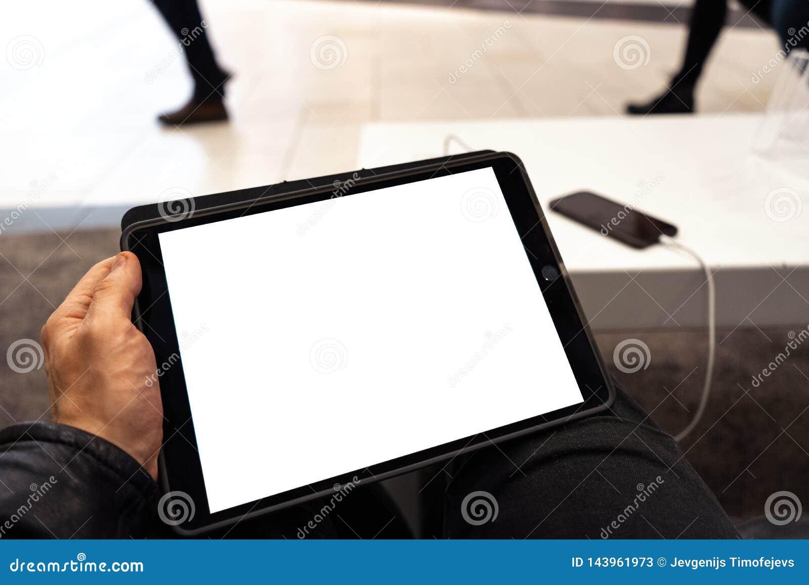 Aus dem wirklichem Leben Gebrauch der Tablette mit Freiexemplarraum f?r Ihre Anzeige und Text - Schein herauf Anschlagtafel und l