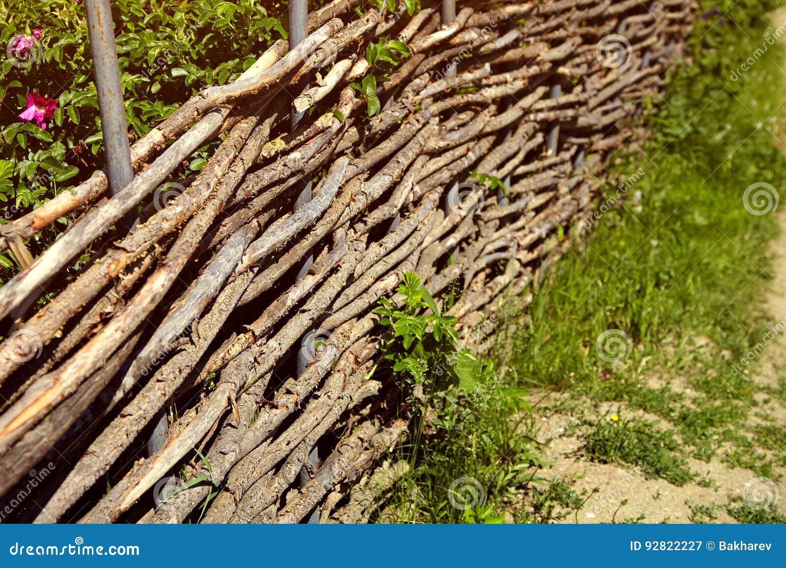 aus weiden geflochtener rustikaler zaun im garten stockbild bild von braun landwirtschaftlich. Black Bedroom Furniture Sets. Home Design Ideas