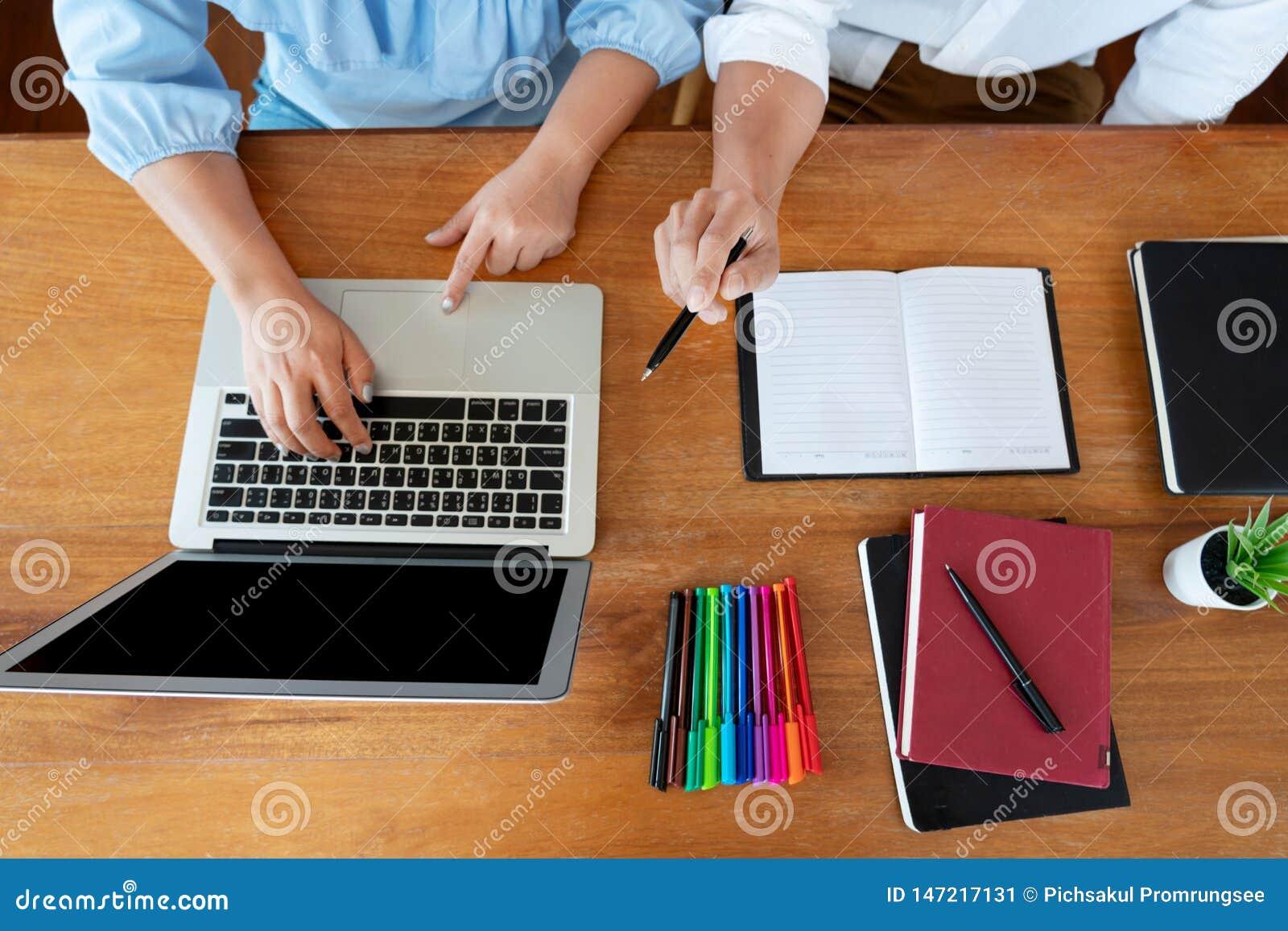 Ausbildung und Schulkonzept, Studentencampus oder Mitsch?ler, die herein Unterrichtungsaufholenden Freund f?r einen Test oder ein