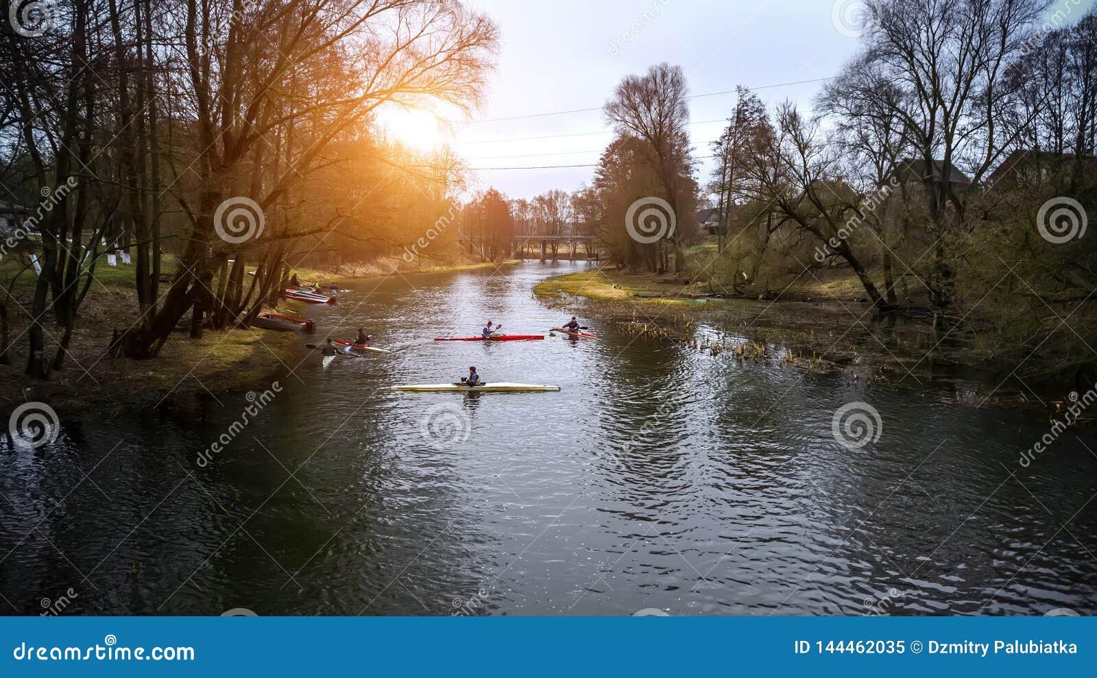 Ausbildungsathleten Kayakers auf dem rudernden Kanal