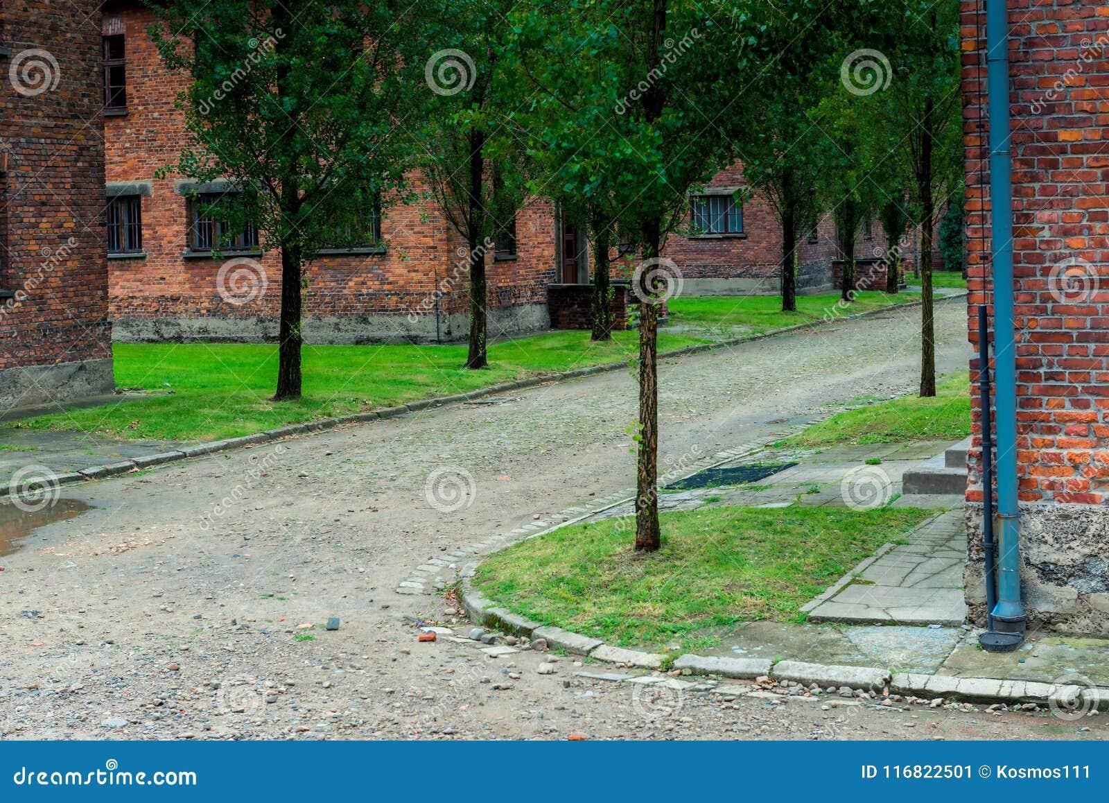 Auschwitz, Polen - Augustus 12, 2017: het grondgebied van Auschwitz-concentratiekamp, baksteenbarakken