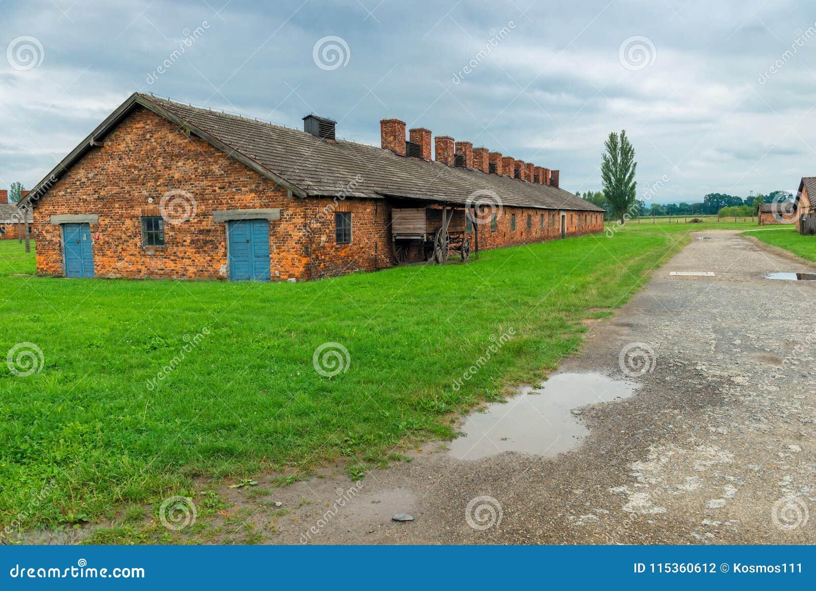 Auschwitz, Polen - Augustus 12, 2017: mening van een baksteenhut in het concentratiekamp van Auschwitz Birkenau