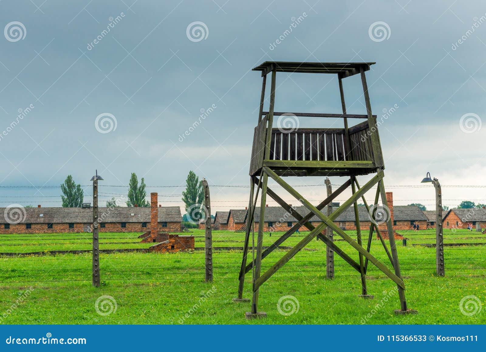 Auschwitz, Polen - Augustus 12, 2017: toren voor het militairconcentratiekamp Auschwitz Birkenau