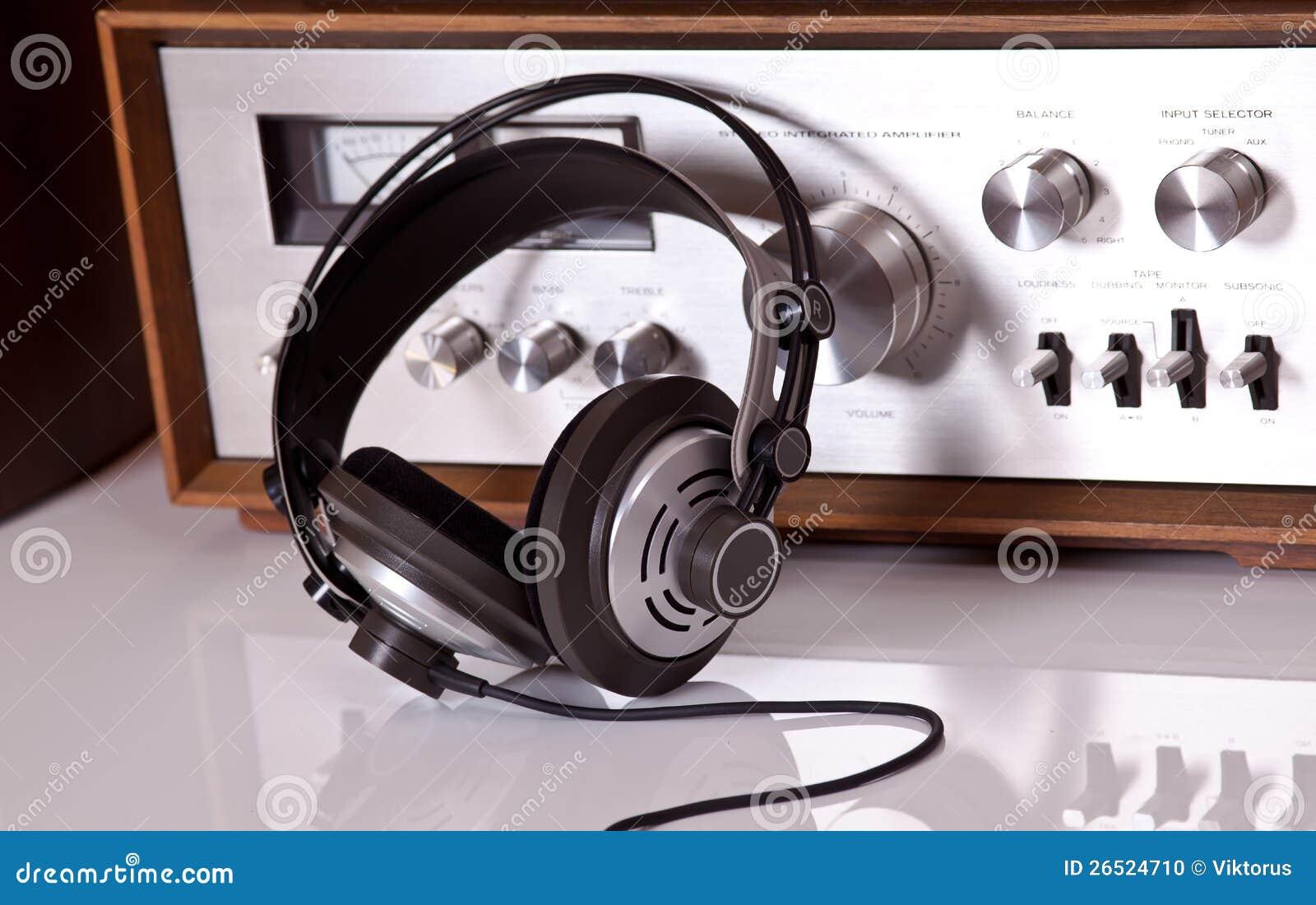 Auscultadores conectados ao estéreo audio do vintage
