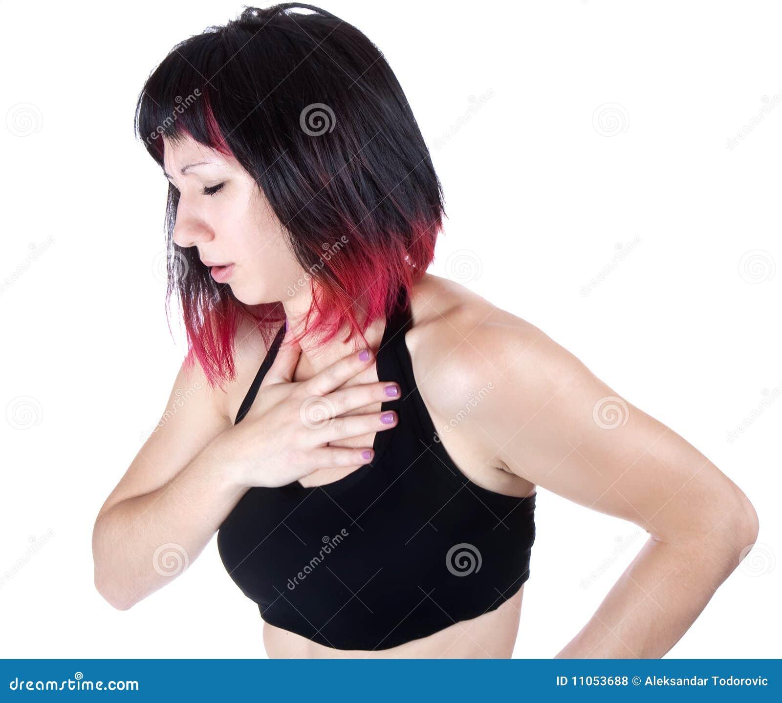 Ausdrucksvolles Portrait der Frau, die Schmerz in der Brust hat