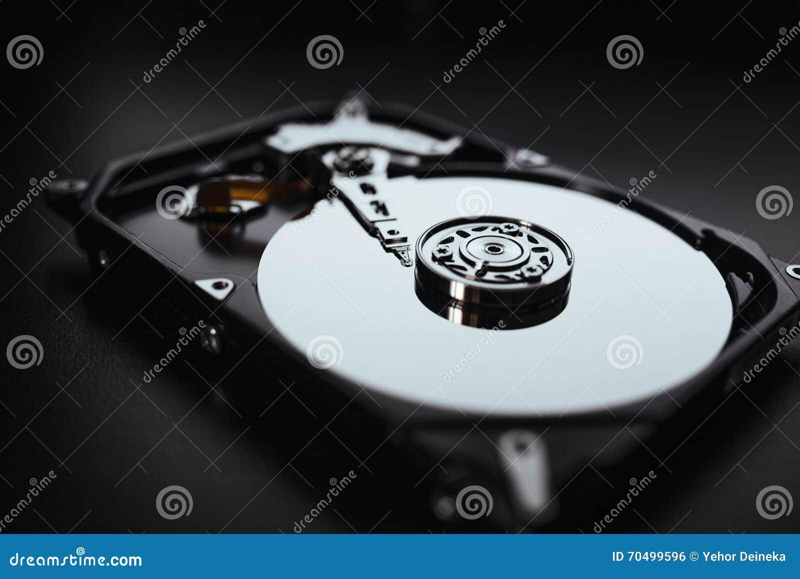 Auseinandergebautes Festplattenlaufwerk vom Computer (hdd) mit Spiegeleffekten Teil des Computers (PC, Laptop)