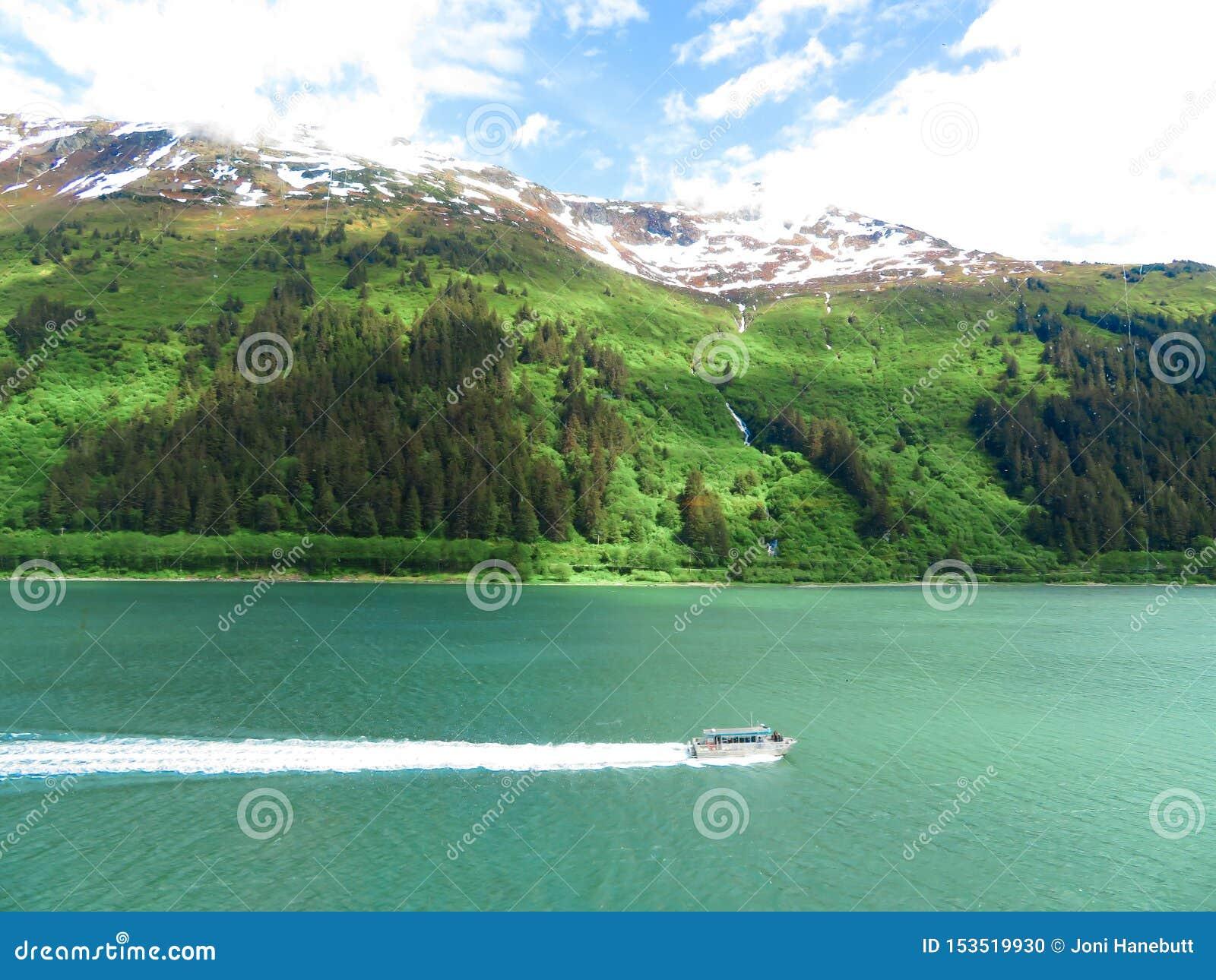 Ausflugboot in Alaska, das vorangeht, um es aufzuheben, ist Passagiere von einem Kreuzschiff