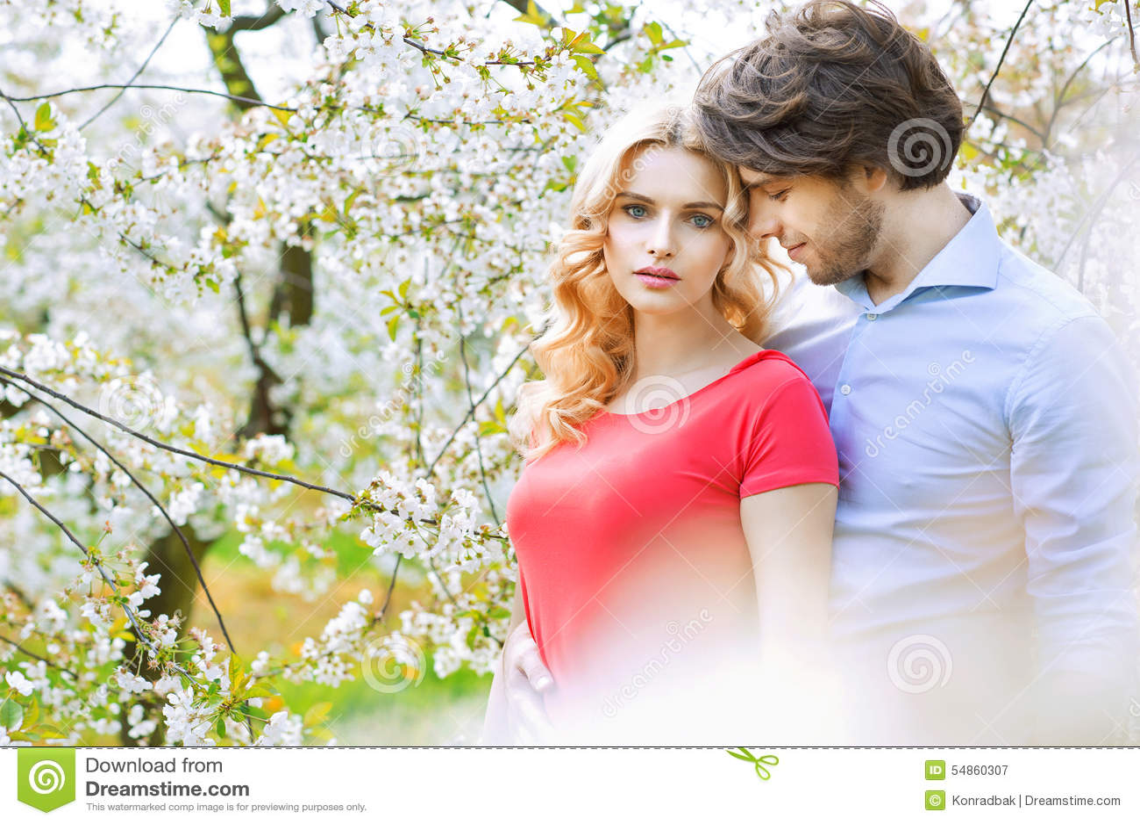 Ausgaben-Freizeit des verheirateten Paars im Obstgarten