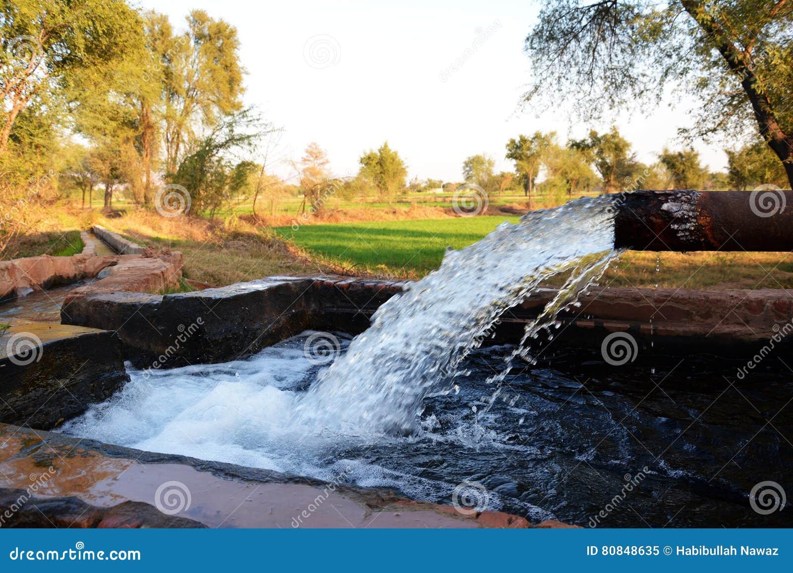 Ausgang eines Rohrs gut zu einem vorübergehenden Reservoir in einem kleinen Dorf von Pakistan