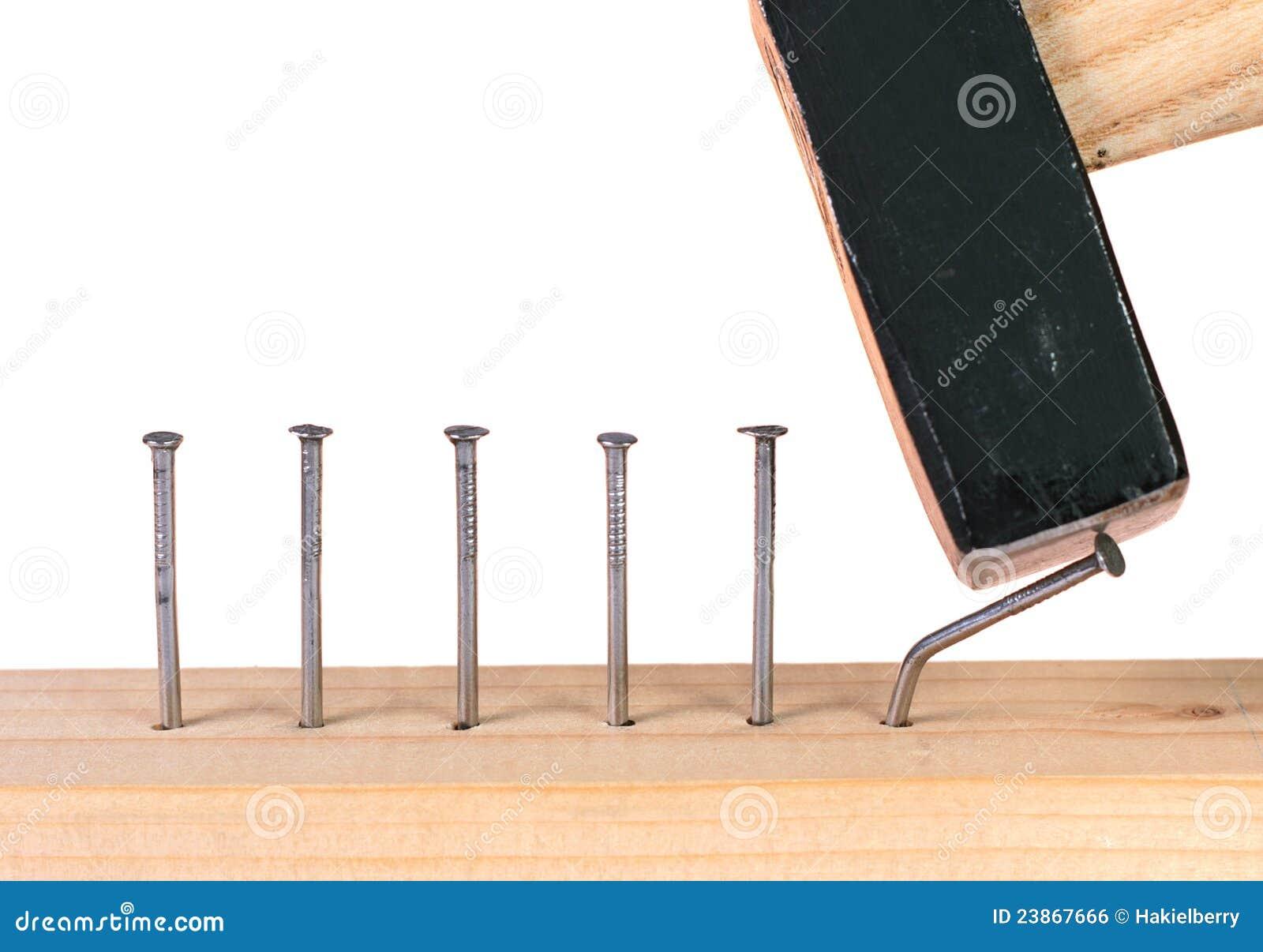 Ausgefallen, wenn Nagel in hölzerne Planke gehammert wird.
