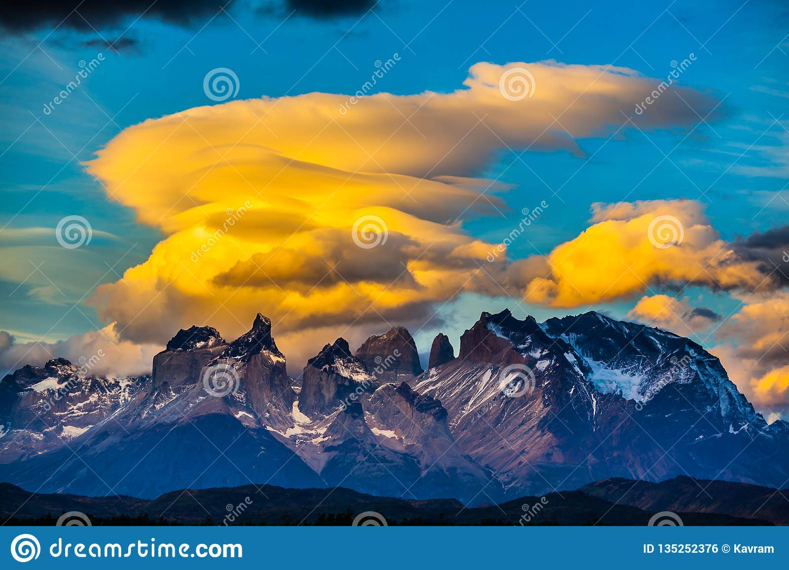 Ausgezeichnete orange Wolken