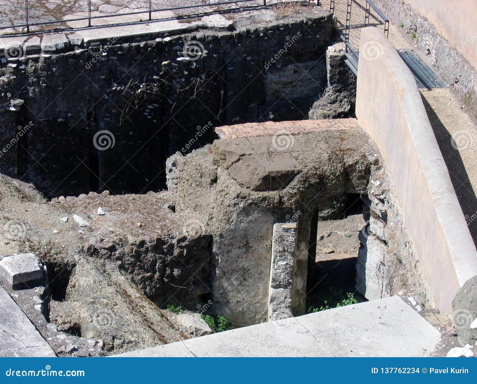 Aushöhlungen auf dem Standort des alten römischen Forums, die kulturelle Schicht